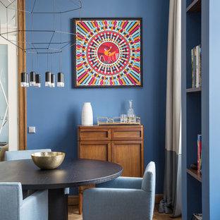 На фото: столовые в современном стиле с синими стенами, коричневым полом и паркетным полом среднего тона