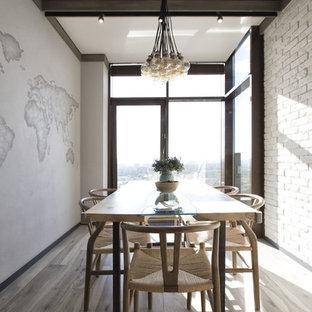 Свежая идея для дизайна: кухня-столовая в современном стиле с паркетным полом среднего тона, серым полом и белыми стенами - отличное фото интерьера