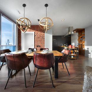Пример оригинального дизайна: гостиная-столовая в стиле лофт с белыми стенами, паркетным полом среднего тона и коричневым полом