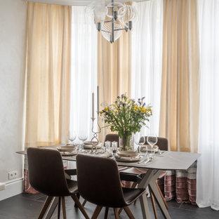 Свежая идея для дизайна: гостиная-столовая среднего размера в современном стиле с полом из керамогранита, черным полом и белыми стенами - отличное фото интерьера