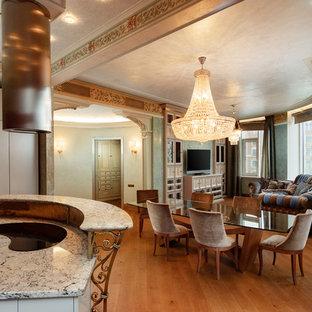 Cette image montre une grande salle à manger ouverte sur la cuisine victorienne avec un mur vert, aucune cheminée et un sol orange.