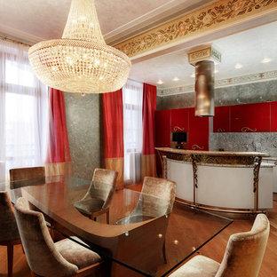 Ispirazione per una grande sala da pranzo aperta verso la cucina vittoriana con pareti verdi, pavimento arancione e nessun camino