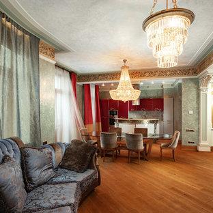 Cette photo montre une grande salle à manger ouverte sur la cuisine victorienne avec un mur vert, un sol orange et aucune cheminée.