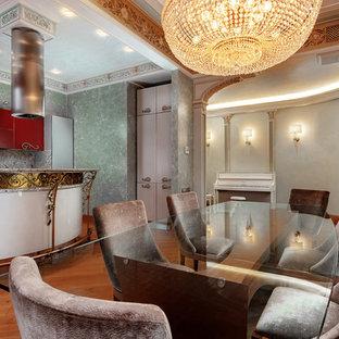 Immagine di una grande sala da pranzo aperta verso la cucina vittoriana con pareti verdi, pavimento arancione e nessun camino