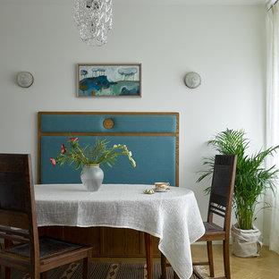 Стильный дизайн: гостиная-столовая в стиле модернизм с белыми стенами, светлым паркетным полом и бежевым полом - последний тренд