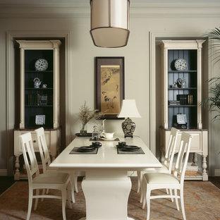 Идея дизайна: столовая в классическом стиле с бежевыми стенами