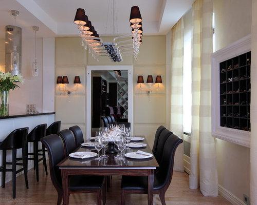 На фото: кухня-столовая в стиле современная классика с желтыми стенами и светлым паркетным полом с