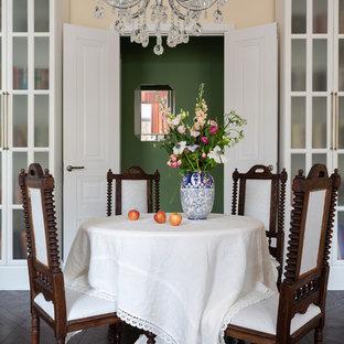 Пример оригинального дизайна: столовая в современном стиле с бежевыми стенами, темным паркетным полом и коричневым полом без камина