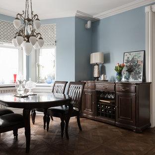 Неиссякаемый источник вдохновения для домашнего уюта: отдельная столовая в классическом стиле с синими стенами, темным паркетным полом и коричневым полом без камина