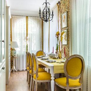 На фото: маленькая отдельная столовая в стиле неоклассика (современная классика) с желтыми стенами, паркетным полом среднего тона и бежевым полом