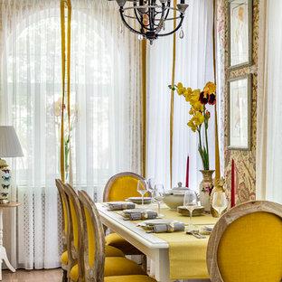 Idee per una piccola sala da pranzo chic chiusa con pareti gialle, pavimento in legno massello medio e pavimento beige