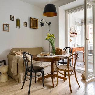 Стильный дизайн: кухня-столовая в классическом стиле с белыми стенами, светлым паркетным полом и бежевым полом - последний тренд