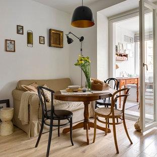 Пример оригинального дизайна интерьера: кухня-столовая в скандинавском стиле с белыми стенами, светлым паркетным полом и бежевым полом