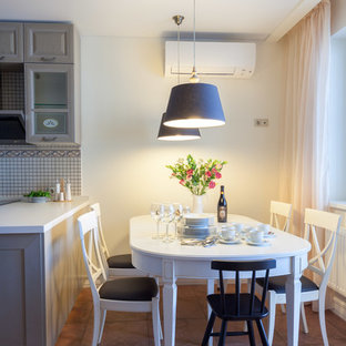 Cette photo montre une salle à manger ouverte sur la cuisine nature de taille moyenne avec un mur jaune, un sol en carrelage de céramique, aucune cheminée et un sol rose.