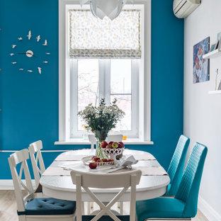 На фото: столовая среднего размера в стиле неоклассика (современная классика) с синими стенами и бежевым полом с