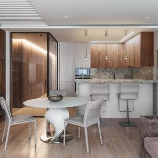 Новые идеи обустройства дома: гостиная-столовая в современном стиле с белыми стенами, светлым паркетным полом и горизонтальным камином
