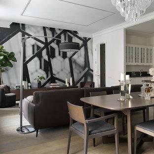 Пример оригинального дизайна: большая гостиная-столовая в современном стиле с белыми стенами, паркетным полом среднего тона и бежевым полом