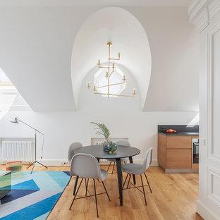 Идея дизайна: гостиная-столовая в скандинавском стиле с белыми стенами, светлым паркетным полом и бежевым полом без камина