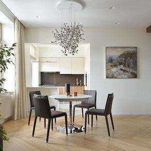 Свежая идея для дизайна: гостиная-столовая в современном стиле с белыми стенами, светлым паркетным полом и бежевым полом - отличное фото интерьера