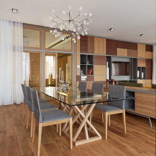 Неиссякаемый источник вдохновения для домашнего уюта: большая гостиная-столовая в современном стиле с паркетным полом среднего тона и коричневым полом без камина