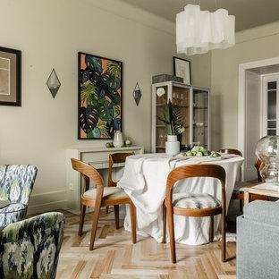 Неиссякаемый источник вдохновения для домашнего уюта: гостиная-столовая в стиле современная классика с бежевыми стенами, светлым паркетным полом и бежевым полом