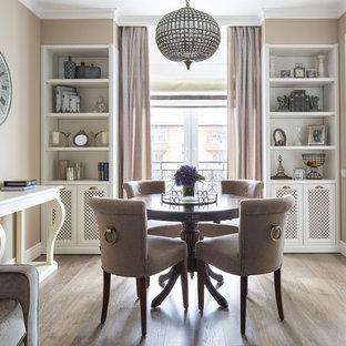 Свежая идея для дизайна: гостиная-столовая в стиле современная классика с бежевыми стенами и светлым паркетным полом - отличное фото интерьера