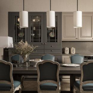 Стильный дизайн: кухня-столовая среднего размера в стиле современная классика с серым полом и серыми стенами - последний тренд