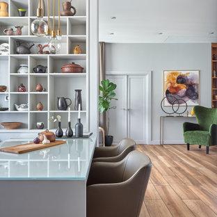 Источник вдохновения для домашнего уюта: гостиная-столовая в современном стиле с коричневым полом