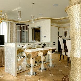 На фото: столовая в классическом стиле с бежевыми стенами, светлым паркетным полом и бежевым полом с