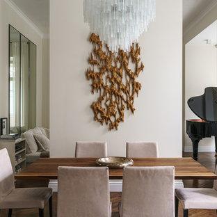 Свежая идея для дизайна: столовая в современном стиле с бежевыми стенами, темным паркетным полом и коричневым полом - отличное фото интерьера