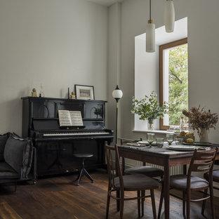 Свежая идея для дизайна: гостиная-столовая среднего размера в современном стиле с белыми стенами, темным паркетным полом и коричневым полом без камина - отличное фото интерьера