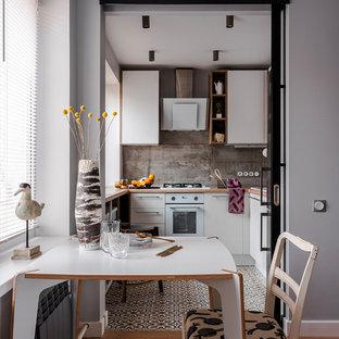 Свежая идея для дизайна: гостиная-столовая в современном стиле с серыми стенами, паркетным полом среднего тона и коричневым полом - отличное фото интерьера