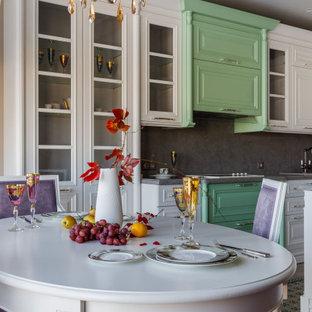 Идея дизайна: маленькая кухня-столовая в классическом стиле с серым полом