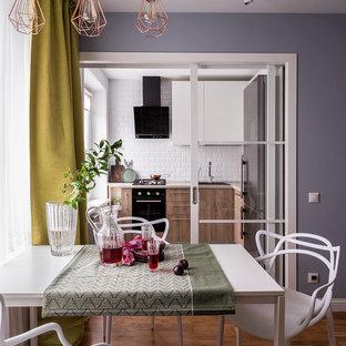 На фото: гостиная-столовая в скандинавском стиле с паркетным полом среднего тона, коричневым полом и серыми стенами с