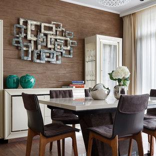 Свежая идея для дизайна: гостиная-столовая среднего размера в современном стиле с коричневыми стенами, паркетным полом среднего тона и коричневым полом без камина - отличное фото интерьера