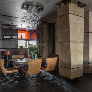 Новые идеи обустройства дома: большая гостиная-столовая в современном стиле с бежевыми стенами, мраморным полом и синим полом