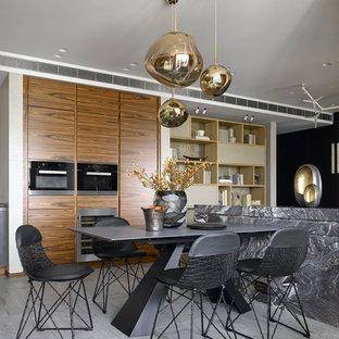 Новые идеи обустройства дома: большая столовая в современном стиле с белыми стенами и серым полом