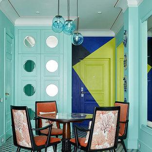 モスクワの中サイズのエクレクティックスタイルのおしゃれなダイニング (セラミックタイルの床、暖炉なし、青い床、青い壁) の写真