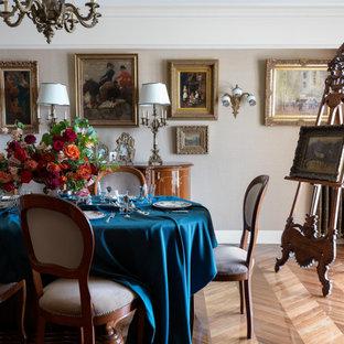 Пример оригинального дизайна: столовая в классическом стиле с бежевыми стенами и коричневым полом