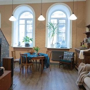 Ispirazione per una sala da pranzo aperta verso la cucina boho chic con pavimento in vinile e pavimento grigio