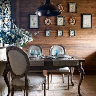 На фото: кухня-столовая среднего размера с коричневыми стенами, полом из керамогранита, коричневым полом, деревянным потолком и деревянными стенами