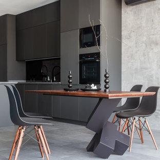 На фото: столовая в современном стиле с серыми стенами и серым полом с