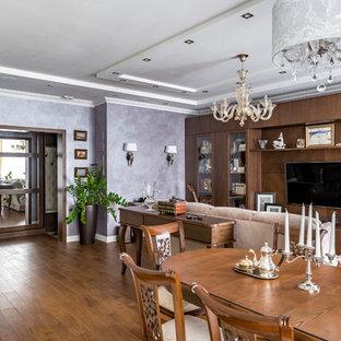 Foto de comedor tradicional renovado, abierto, con paredes púrpuras, suelo de madera en tonos medios y suelo marrón