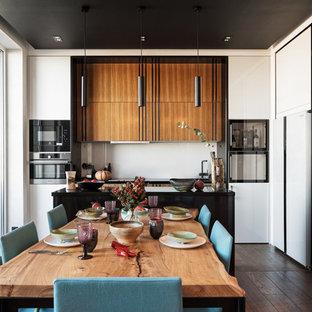 Пример оригинального дизайна интерьера: гостиная-столовая в современном стиле с темным паркетным полом и коричневым полом