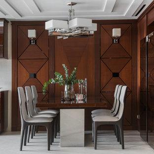 Свежая идея для дизайна: большая кухня-столовая в стиле неоклассика (современная классика) с коричневыми стенами и белым полом - отличное фото интерьера