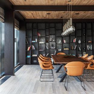 Exempel på en stor modern separat matplats, med ljust trägolv, beiget golv och svarta väggar