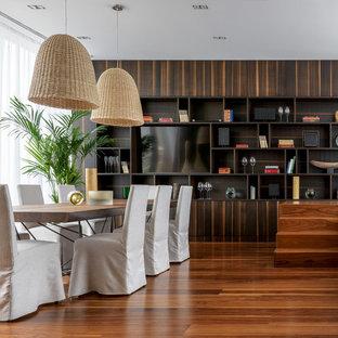 На фото: столовая в современном стиле с паркетным полом среднего тона и коричневым полом с