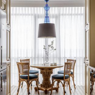 Стильный дизайн: большая кухня-столовая в классическом стиле с полом из керамической плитки и бежевым полом - последний тренд