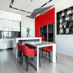 На фото: гостиная-столовая среднего размера в современном стиле с белыми стенами, полом из ламината и бежевым полом без камина с