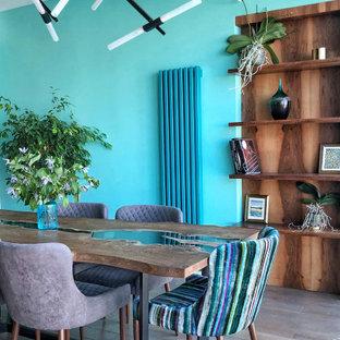 Свежая идея для дизайна: столовая в современном стиле с синими стенами и паркетным полом среднего тона - отличное фото интерьера